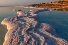 Соленое_побережье_Мертвого_моря_в_лучах_восходящего_солнца,_Израиль